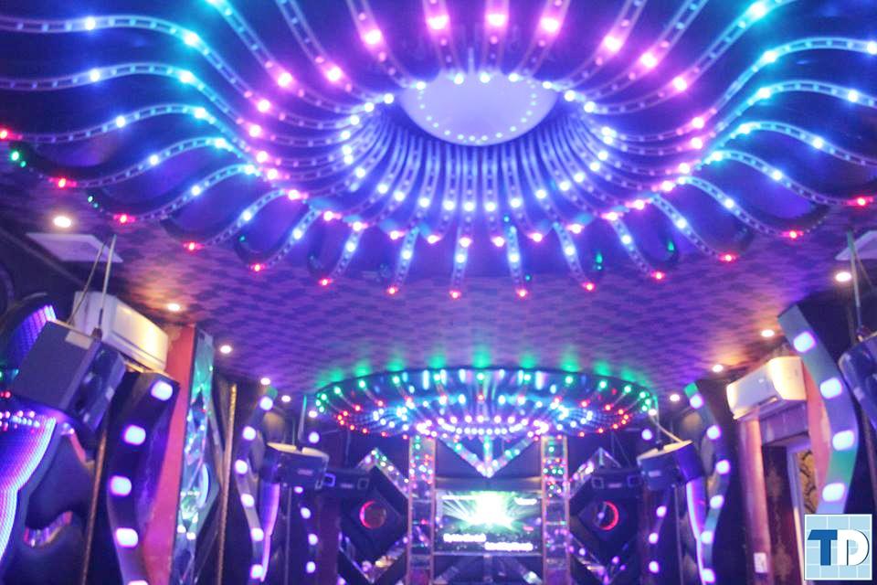 Hệ thống ánh sáng rực rỡ tạo hiệu ứng tuyệt vời cho căn phòng