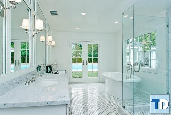 Phòng tắm với vách kính hiện đại