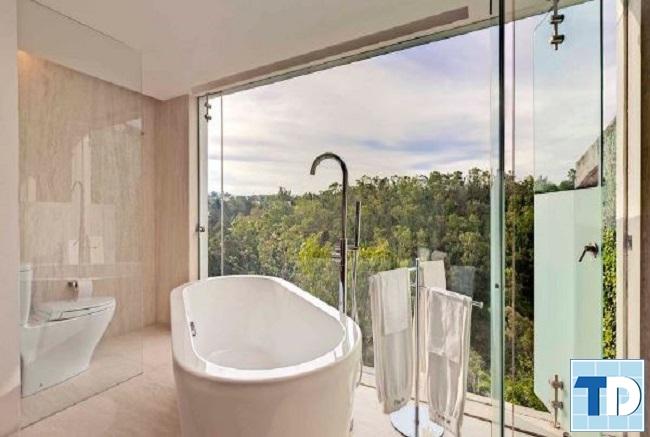 Phòng tắm với cửa sổ lớn thông thoáng