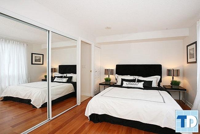 Phòng ngủ nhỏ với gương lớn