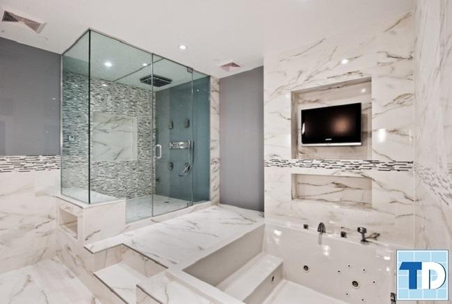 Thiết kế phòng tắm với gạch men và kính cao cấp