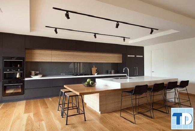 Phòng bếp mộc mạc với nội thất gỗ