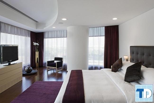 Phòng ngủ thông thoáng với gam trắng tím nổi bật