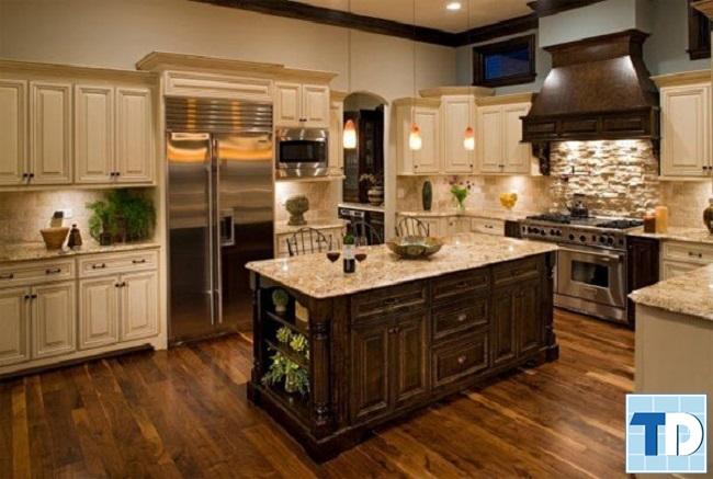 Không gian bếp ấm cúng với sắc nâu vàng