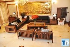 Thiết kế nội thất phòng khách bằng gỗ cao cấp sang trọng